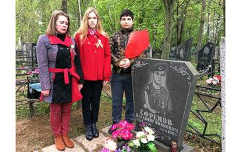 Возложение цветов к местам воинских захоронений